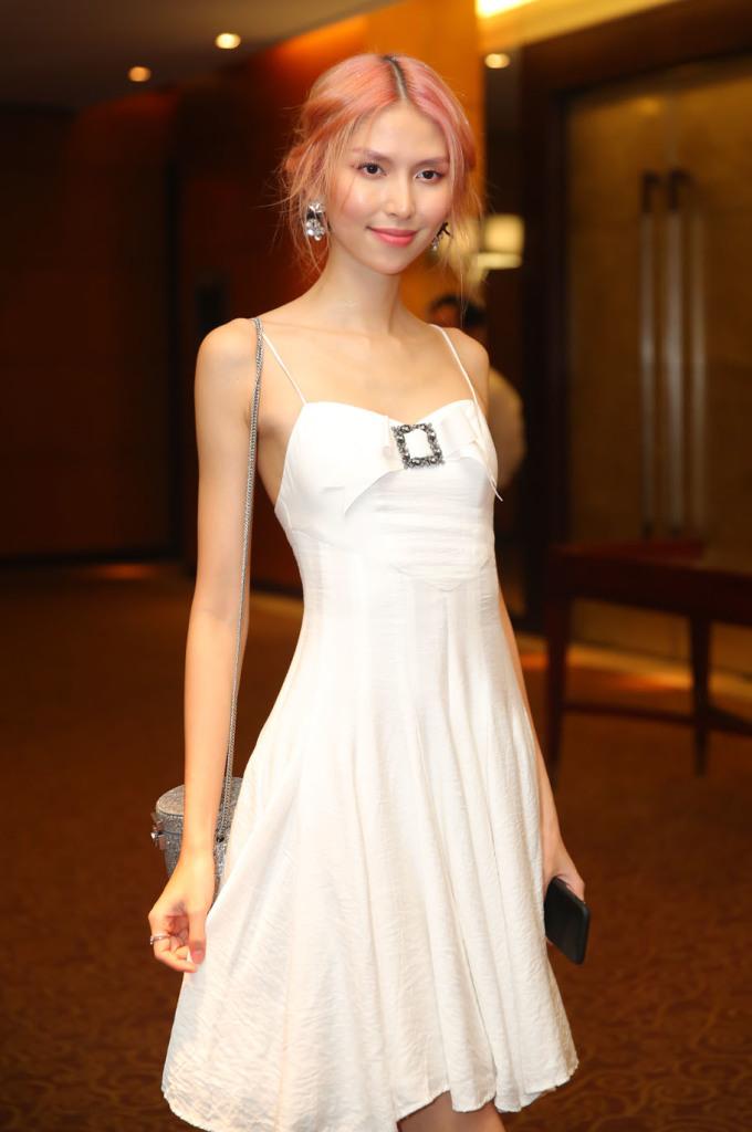 <p> Người mẫu Thùy Dương diện áo hai dây khoe thân hình mảnh mai.</p>