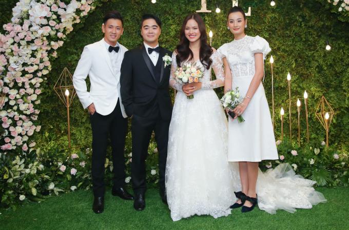 <p> Chiều 18/8, tiệc cưới của người mẫu Tuyết Lan diễn ra tại TP HCM. Vợ chồng Lê Thúy - Đỗ An có mặt từ khá sớm để chúc mừng.</p>