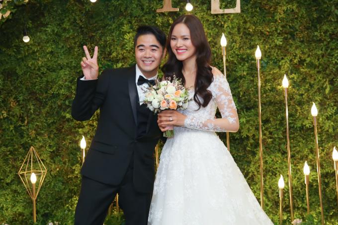 <p> Cô dâu - chú rể nhắng nhít pose hình. Cặp uyên ương sinh sống ở Mỹ thời gian qua và về Việt Nam từ gần một tháng nay để chuẩn bị cho hôn lễ.</p>