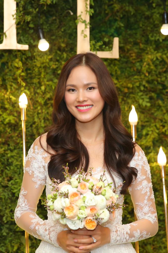 <p> Tuyết Lan diện bộ váy cưới trắng xuyên thấu, nụ cười rạng rỡ trong ngày cưới.</p>