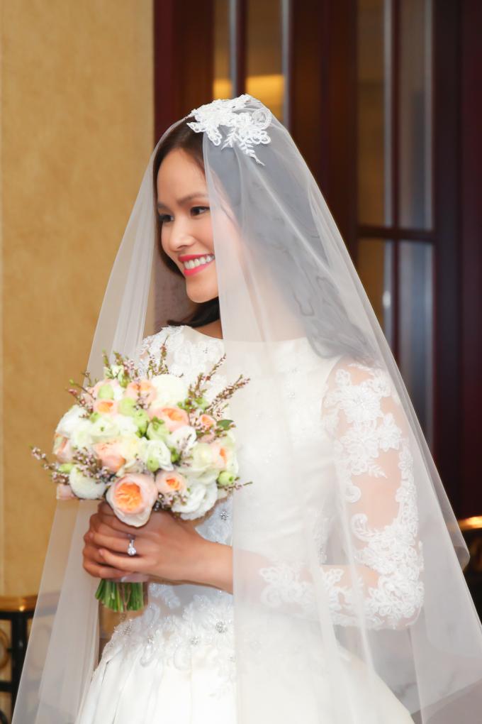 <p> Khi đội khăn voan lên đầu chuẩn bị làm lễ, cô nàng càng trở nên xinh đẹp.</p>
