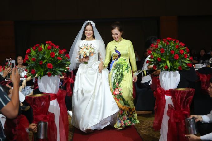 <p> Cô dâu bước vào lễ đường với niềm hạnh phúc hiện rõ trên mặt.</p>