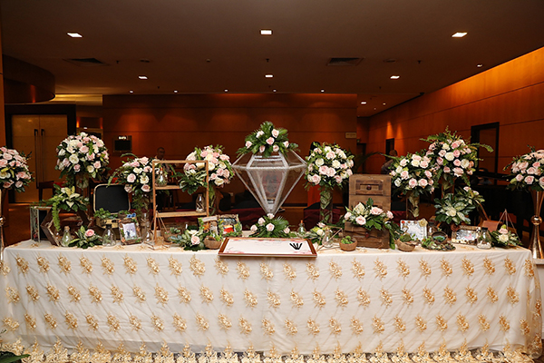 Không gian hôn lễ được trang hoàng lung linh với nhiều nến và hoa tươi như một khu vườn cổ tích.