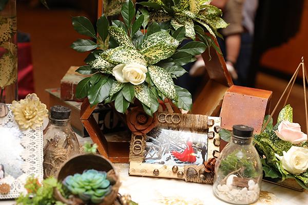 Những chi tiết nhỏ trên bàn trang trí được cô dâu - chú rể chăm chút.