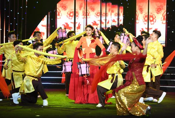 Gala 30 năm là đêm hội ý nghĩa bởi lần đầu tiên khán giả được thưởng thức giọng hát của các cựu Hoa hậu Việt Nam trong đó có Hoa hậu Hà Kiều Anh, có lẽ không ít khán giả bất ngờ trước giọng ca trong veo và khá cao của chị qua ca khúc Yêu cái đèn cù.