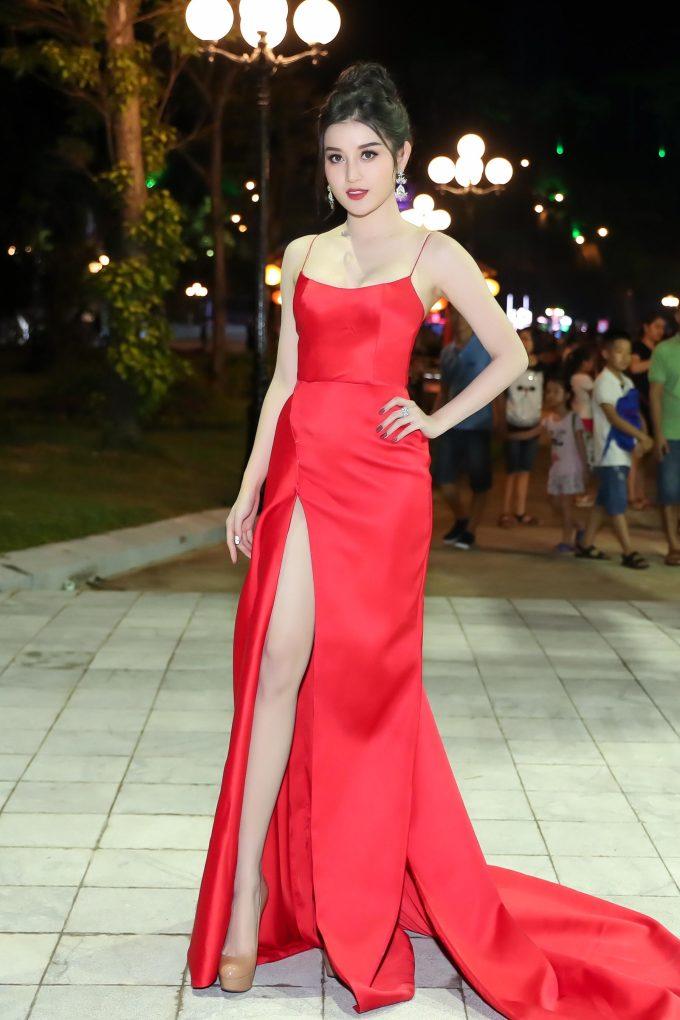<p> Á hậu Việt Nam 2014 Huyền My nổi bật nhất đêm tiệc khi diện đầm hai dây đỏ rực, xẻ đùi cao vút.</p>