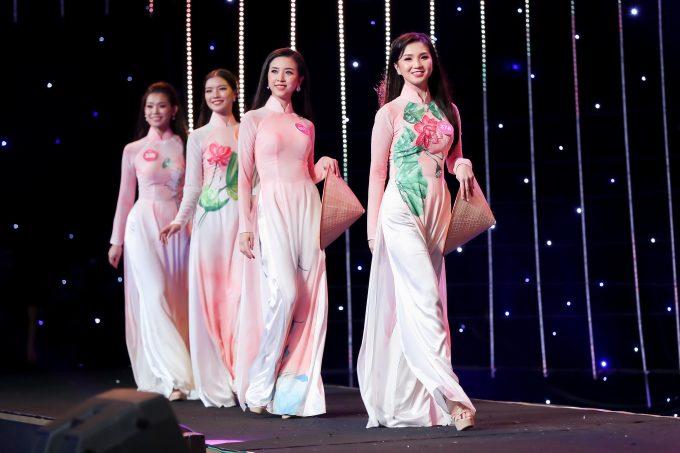 <p> Tối 18/8, Gala kỷ niệm 30 năm Hoa hậu Việt Nam diễn ra tại đảo Ngọc, Tuần Châu, Hạ Long với sự góp mặt của các thí sinh vòng chung kết cùng dàn Hoa hậu, Á hậu qua ba thập kỷ. Ngoài tiết mục của các Hoa hậu đã đăng quang, dàn người đẹp năm nay cũng mang đến những màn đồng diễn thú vị.</p>