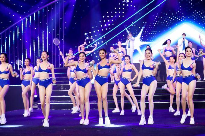 <p> Sau màn đồng diễn áo dài, các thí sinh đổi phong cách 180 độ trong màn vũ đạo với trang phục thể thao.</p>