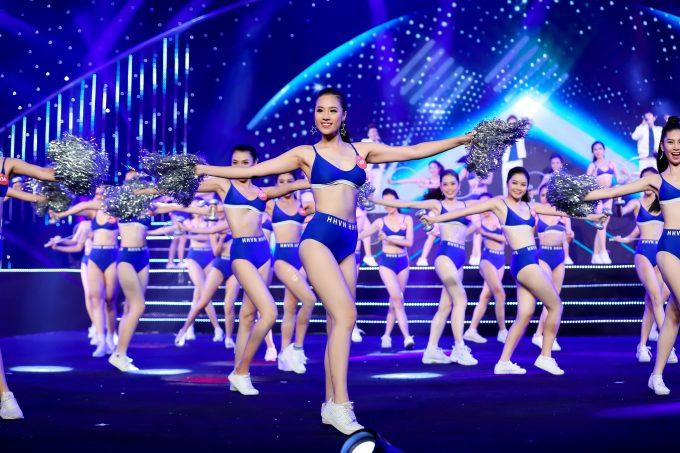 <p> Từ những cô gái e ấp trong bộ trang phục truyền thống dân tộc, các thí sinh chuyển sang khoe vẻ đẹp tràn đầy sức sống khi diện bikini và giày thể thao.</p>