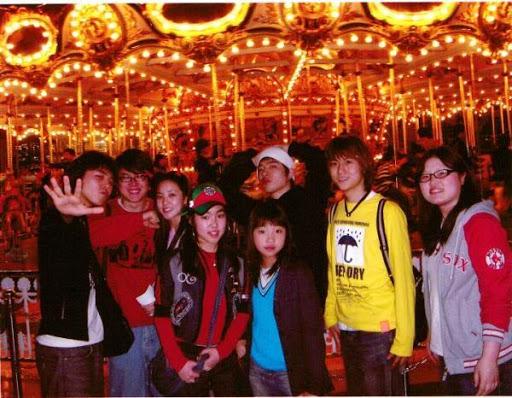 Dara, Minzy, Tae Yang và G-Dragon trong một bức ảnh chụp năm 2005