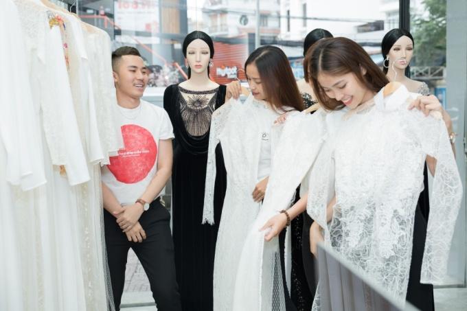 <p> Trước khi lên đường sang Hàn Quốc tham dự vòng chung kết Hoa hậu siêu quốc gia Việt Nam 2018 (Miss Supranational Vietnam), 15 thí sinh vừa có buổi thử áo dài tại showroom củaNTK Phạm Sĩ Toàn và Huỳnh Bảo Toàn.</p>