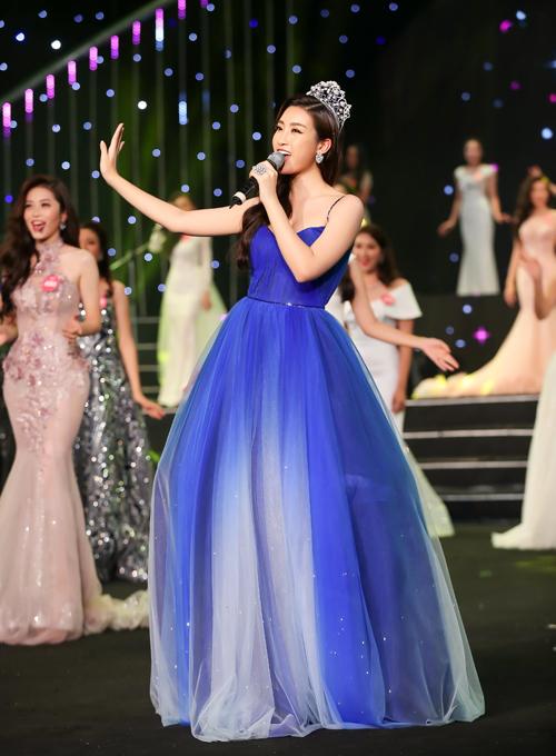 Lần đầu tiên trổ tài làm ca sĩ, Đỗ Mỹ Linh không giấu được đôi chút hồi hộp. Tuy nhiên Hoa hậu vẫn khoe được giọng hát khá ngọt ngào cùng thần thái rạng rỡ khi biểu diễn.