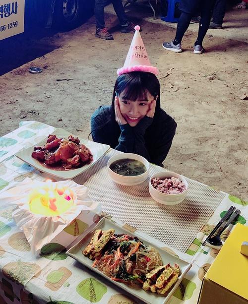 Eun Ji đón sinh nhật ấm áp trên trường quay.