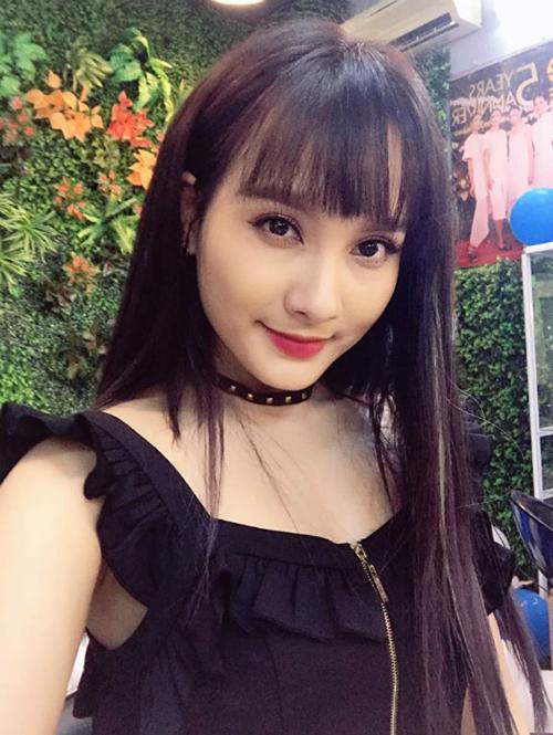 Những nàng muốn để tóc thẳng dài mái bằng đều phải tỉa thưa phần mái như Bảo Thanh để giúp gương mặt nhẹ nhõm hơn.