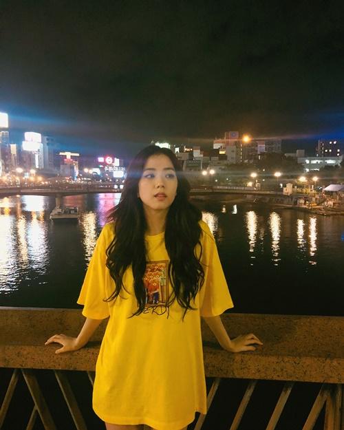 Ji Soo mặc áo giấu quần