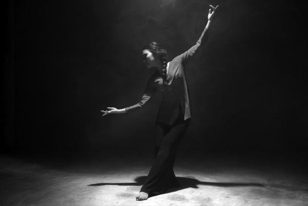 Mỹ Chi múa đương đại để lột tả câu chuyện trong MV.