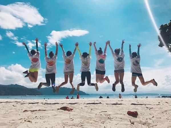 7 cô gái cầu vồng trong chuyến du lịch cả nhóm.