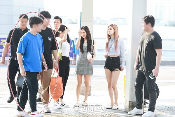 Nhân viên quản lý của Black Pink xuất hiện tại sân bay, hộ tống các cô gái sang Nhật Bản ngày 15/8.