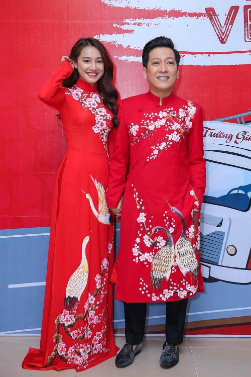 Xuất hiện trong một sự kiện, cả hai mặc áo dài đỏ ton sur ton.