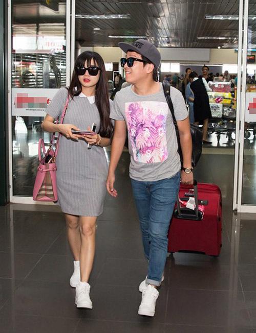 Ra sân bay, cặp đôi cũng cho thấy sự đồng điệu về trang phục. Áo gam màu ghi phối hợp cùng sneakers trắng, nhìn từ xa, ai cũng nhận ra họ là một cặp.