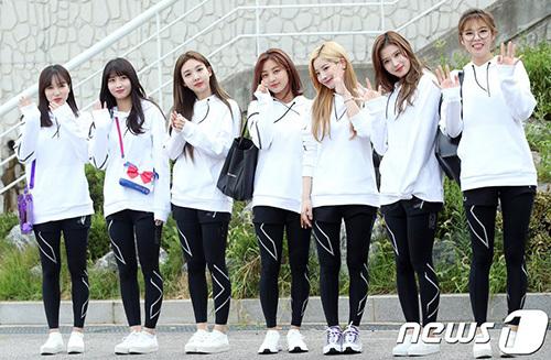 Twice vừa trở về Hàn đêm ngày 19/8 đã ngay lập tức phải dậy sớm, đến ghi hình. Các fan lo lắng cho lịch làm việc kín mít của nhóm.