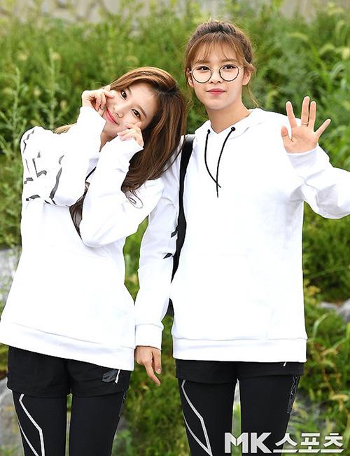 Sana điệu đà tạo dáng trái tim, Jeong Yeon đeo kính gọng tròn cute.