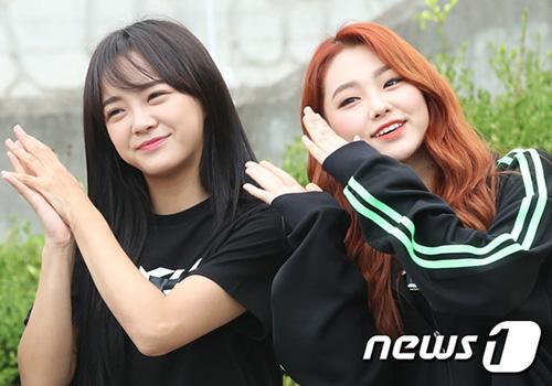 Nhóm Gugudan cũng có mặt để ghi hình. Se Jeong lộ bọng mắt to vì thiếu ngủ, Mina ngày càng xinh đẹp, trở thành đại diện visual thế hệ mới.