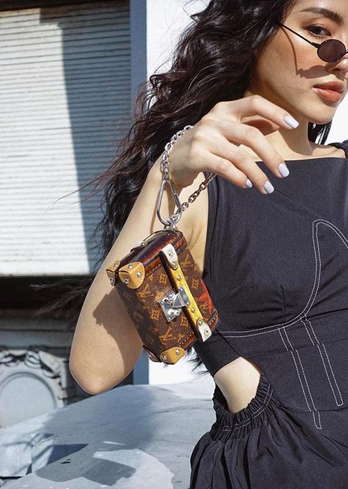 Đây là dòng túi Essential Trunk của thương hiệu Louis Vuitton, được thiết kế dựa trên cảm hứng là một chiếc vali với đầy đủ các chi tiết như nắp gập, khóa cài... tuy nhiên kiểu dáng thì bé chẳng khác gì đồ chơi. Thay vì quai, túi được đính dây xích để đeo ngay vào cổ tay trông rất thú vị. Một chiếc túi xách chỉ đựng vừa thỏi son này được bán với giá 1.180 USD (tương đương 27,5 triệu đồng).