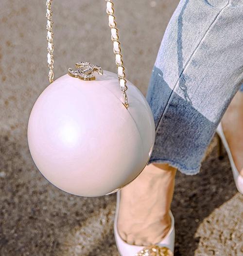 Minh Hằng gần đây cũng đầu tư đến hơn 200 triệu đồng để sở hữu túi xách hình trái bóng với logo chạm khắc tinh xảo của Chanel.