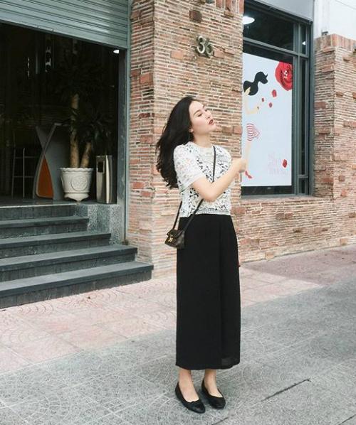 Hà Lade rất cưng chiều túi xách nhỏ gọn của Louis Vuitton giá vài chục triệu đồng.