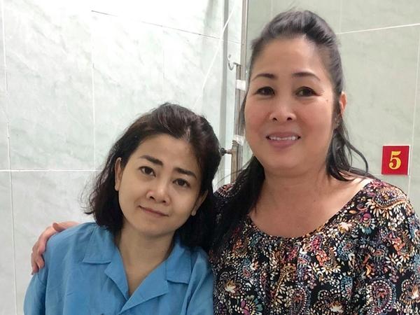 Được thông tin nhập viện những ngày qua để điều trị bệnh ung thư phổi, diễn viên Nhã Phương nhận được nhiều sự động viên của bạn bè, đồng nghiệp và khán khả. Dù được tiết lộ phải chống chọi những cơn đau du đã di căn vào xương nhưng nữ diễn viên vẫn r