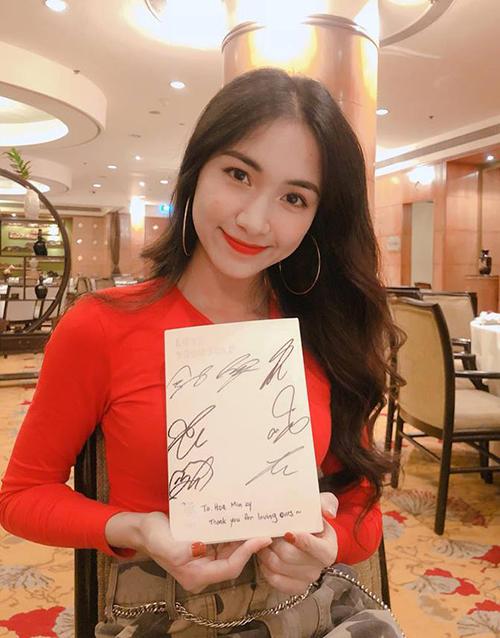 Hòa Minzy khiến fan nổ ra cuộc tranh cãi khi khoe album có chữ ký riêng của các thành viên BTS. Bên cạnh những lời bình luận ghen tỵ, nhiều người tỏ ý nghi ngờ vì dòng tiếng Anh trên bìa album bị viết sai chính tả.