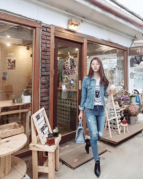 Jolie Nguyễn dù có cả tủ đồ hiệu đầy ắp nhưng vẫn diện chiếc áo khoác jeans này 3 năm chưa chán.