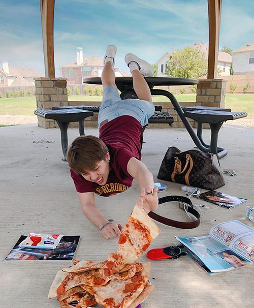 Duy Khánh chụp hình hài hước hưởng ứng trào lưu pose dáng té sấp mặt đang hot trên thế giới.