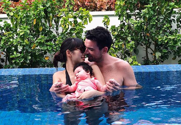 Hai vợ chồng Hà Anh vẫn rất tình tứ ngay cả khi đang đưa con gái vài tháng tuổi đi bơi.