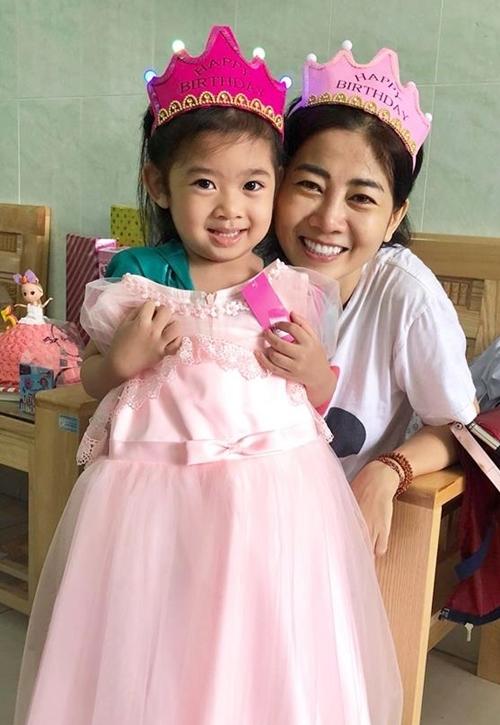 Bé Lavie vui mừng khi được gặp lại mẹ và được tặng một chiếc váy đáng yêu.