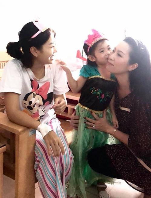 Sáng nay, MC Ốc Thanh Vân tiết lộ bé Lavie đã nhận được tài trợ 100% từ một trường mầm non ở quận 7. Cô cũng mong muốn được đón bé về chăm để Mai Phương yên tâm chữa bệnh.