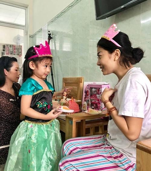 Hôm nay (21/8) là sinh nhật của bé Lavie - con gái của diễn viên Mai Phương. Những ngày qua, cô nhập viện để điều trị bệnh ung thư phổi. Con gái được người thân chăm sóc nên hai mẹ con không gặp nhau. Nghệ sĩ Kim Chi, Ốc Thanh Vân đã đưa bé Lavie đến bệnh viện để gặp mẹ và tổ chức một bữa tiệc sinh nhật tại đây.