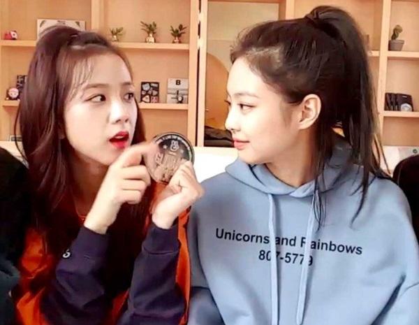 Khác với vẻ lạnh lùng trên sân khấu, Ji Soo và Jennieở đời thường là những cô gái rấtgần gũi, hài hước và đáng yêu.