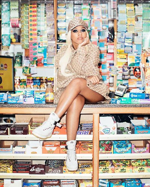 Chụp hình trong siêu thị, ở các kệ bán đồ đầy màu sắc vốn là một công thức được yêu thích trong thời trang. Background này giúp những bức hình trở nên đầy sinh động, làm nổi bật người mẫu một cách dễ dàng.