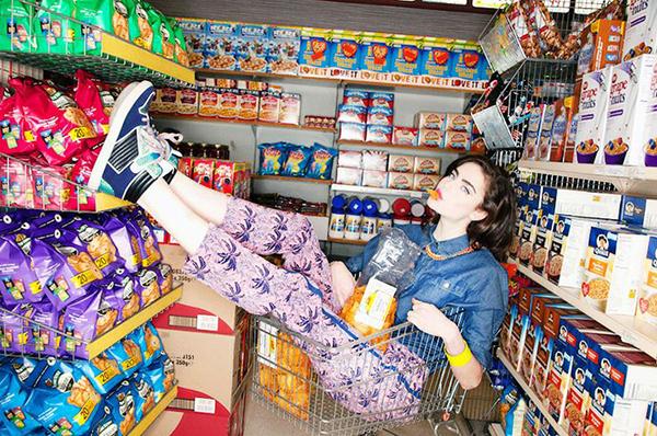 Ngồi trên kệ siêu thị chụp #ootd như Chi Pu: Mốt hot trên thế giới - 6