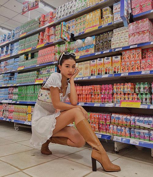 Cô em thân thiết Quỳnh Anh Shyn cũng rất thích chụp hình trong siêu thị để có những bức ảnh đậm chất high fashion. Tuy nhiên vì thường tạo dáng ở lối đi nên hot girl Hà thành không bị chỉ trích như Chi Pu.