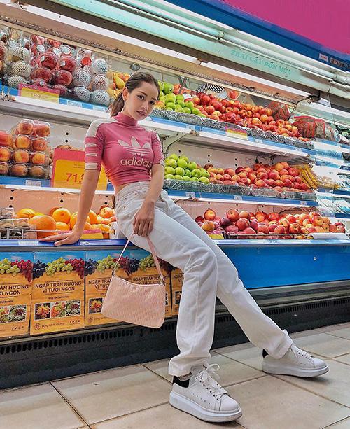 Bức ảnh #ootd của Chi Pu trong siêu thị đang khiến cô nàng thành tâm điểm tranh cãi. Nhiều bình luận cho rằng, việc ngồi lên kệ bán hoa quả để chụp hình là một hành động thiếu tinh tế và có phần vô duyên, có thể khiến những người mua hàng xung quanh khó chịu.