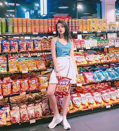 Đây không phải là lần đầu tiên Chi Pu vào siêu thị chụp #ootd. Cô nàng rất thích background sặc sỡ này mỗi khi diện những bộ cánh có kiểu dáng, màu sắc đơn giản.