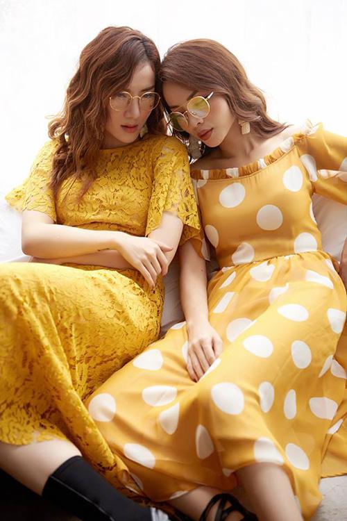 Hai chị em Yến Trang - Yến Nhi trông chẳng khác gì sinh đôi khi diện chung một kiểu trang phục, để cùng kiểu tóc.