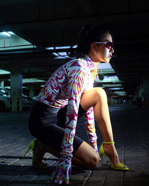 Quỳnh Anh Shyn diện cây đồ thể thao khỏe khoắn nhưng lại kết hợp cùng giày cao gót lạc quẻ.