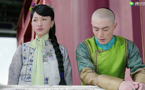Để khắc họa nét đẹp nhí nhảnh của một cô gái tuổi teen, Châu Tấn được diện những bộ đồ chủ yếu mang tông tím - xanh, tông màu mà nhân vật Như Ý của cô yêu thích. Đi kèm với trang phục luôn là một chiếc khăn lụa thắt nơ ở cổ, với màu sắc cũng nổi bật không kém.