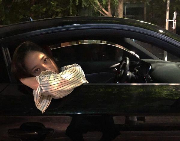 Krystal pose hình trong xe hơi đầy tâm trạng.