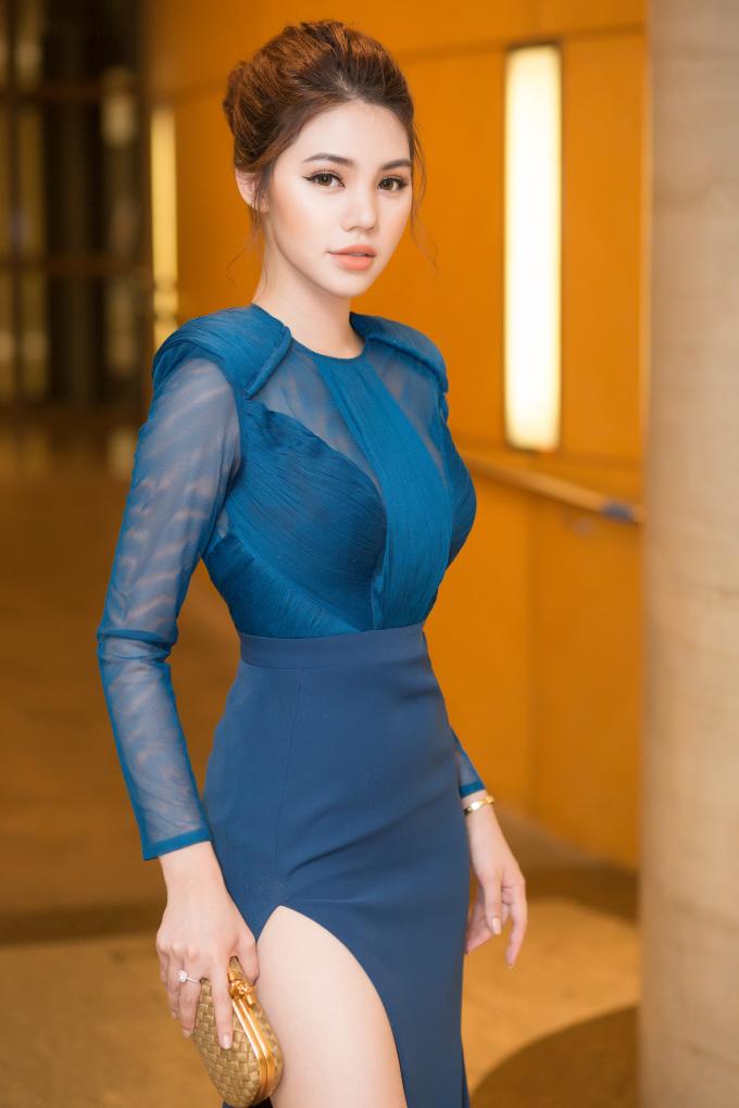 <p> Hoa hậu Jolie Nguyễn khoe dáng chuẩn với đầm bó sát.</p>