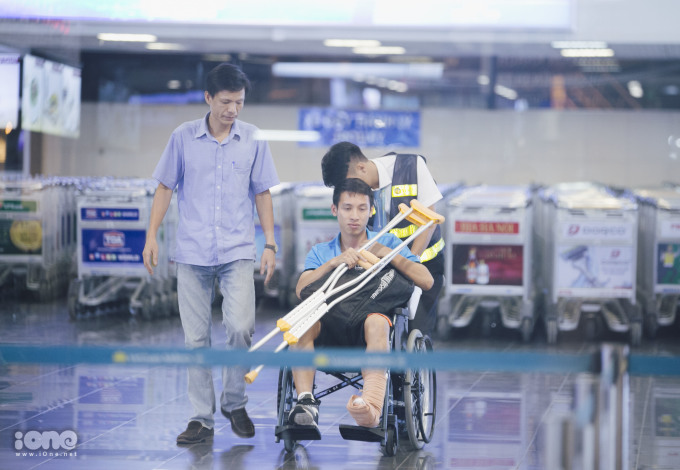 <p> Trong hiệp 1 trận đấu gặp Olympic Nhật Bản chiều 19/8, tiền vệ Hùng Dũng gặp chấn thương, bị gãy xương ngón cái chân trái. Anh không thể tiếp tục thi đấu tại Asiad 2018 cùng các đồng đội.</p>